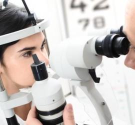 Betrachtung des Auges mit dem Mikroskop